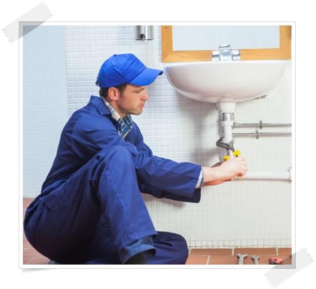 Imagem com um encanador em SP fazendo reparos hidráulicos